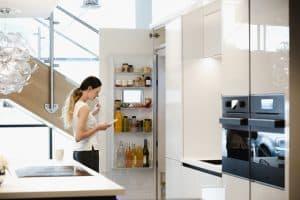 Femme devant frigo